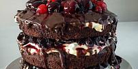 Kultovní Schwarzwaldský dort je inspirován německým krojem. Jak má správně vypadat?