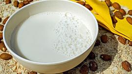 """Domácí mandlové mléko vylepší kaše a dodá příjemnou """"marcipánovou"""" chuť i kávě"""