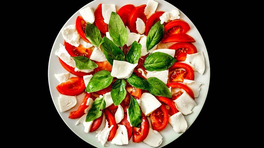 Dokonalá chuť Itálie: Víte, proč má salát caprese barvy italské vlajky a jak se správně dělá?