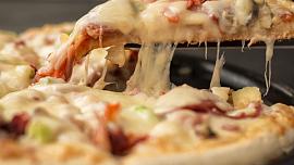 Je libo pizzu? Inspirujte se recepty na kynuté i nekynuté těsto