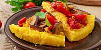 Kukuřičná kaše polenta je skvělá příloha. Dá se ochutit mnoha způsoby a jdou z ní udělat i netradiční hranolky