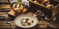 Podzim na talíři: Uvařte si krémovou polévku z pečeného celeru se žampiony a vínem
