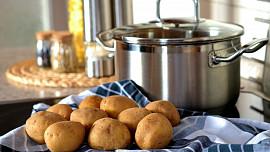 Zemská jablka k nám dovezla Marie Terezie. Víte, proč se brambory mají vařit ve slupce?