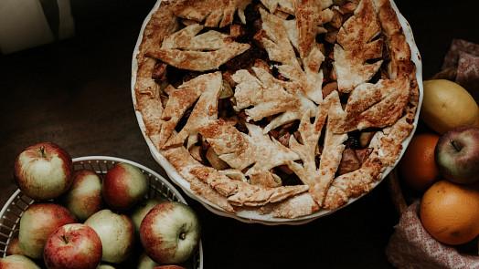 Jak na jablečný páj jako z amerického filmu? Díky jednoduchým sezónním koláčům budete za hvězdu