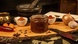 Cibulová marmeláda je luxusní delikatesa za hubičku. Víte, jak ji připravit?