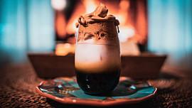 Dalgona coffee, espresso tonic nebo nitro cold brew? Připomeňte si nejslavnější kávové speciality poslední doby
