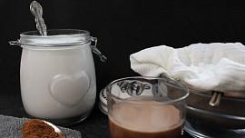 Jak vyrobit domácí rostlinné mléko za pár korun? Je to snadné a stačí dvě ingredience!
