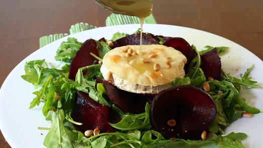 Doba salátová: Vyzkoušejte netradiční dresingy s mákem nebo pomerančem!