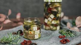 Chcete vynikající chuťovku nebo originální jedlý dárek? Naučte se nakládat sýry do oleje