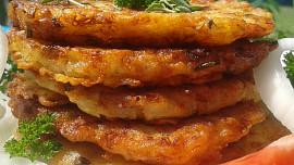 Znáte křupavé placky cibuláčky? Netradiční obměnu bramboráčků si zamilujete!