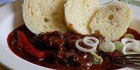 Oběd na neděli: Burgundský guláš s džemem a červeným vínem podle Václava Havla