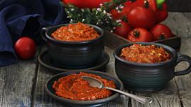 Balkánský ajvar byl původně náhražkou kaviáru. Víte, jak si tuhle paprikovou pomazánku připravit?