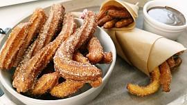 Španělské koblížky churros jsou nejlepší sčokoládou a se skořicí. Jsou vhodné při kocovině!