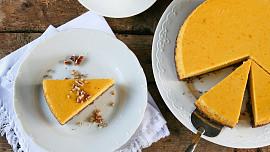 Pečeme z omezených zásob: Jak na žloutkové řezy bez žloutků a koláče bez cukru?