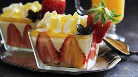 Rychlé dezerty bez pečení: Zkuste vymazlené Míša poháry nebo lehkou rybízovou pěnu