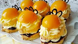 Nejlepší broskvové moučníky: upečte si bublaninu, hrníčkovou buchtu nebo mini dortíčky!