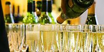 Silvestr a alkohol k sobě prostě patří. Proč si ale o půlnoci připíjíme zrovna šampaňským?