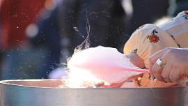 Cukrová vata je vzpomínka na dětství! Stroj na její výrobu vynalezli dva zubaři