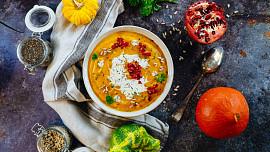 Jak na skvělou dýňovou polévku? Chuti prospějí vývar, muškátový oříšek i třtinový cukr!