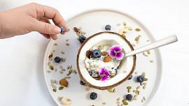 Čím nahradit mléčné výrobky? Zkuste kokosové mléko nebo mandlový jogurt