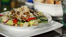 Proč je jídlo v letadle vždycky bez chuti a bez zápachu? Může za to hluk!