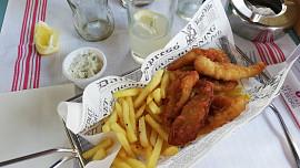 Britská specialita fish & chips: Ryba s hranolky se typicky podává s hráškovým pyré a octem