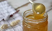 Léčivý med pomáhá proti bakteriím i kašli. Je lepší světlý, nebo tmavý?