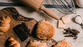 Hitem podzimu je plundrové těsto. Hodí se na záviny, šátečky i croissanty. Víte, jak je udělat?