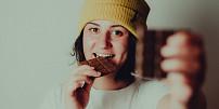 Místo chipsů oříšky a čokoládu bez cukru: Chytré triky, jak nahradit nezdravé jídlo dietním a zhubnout