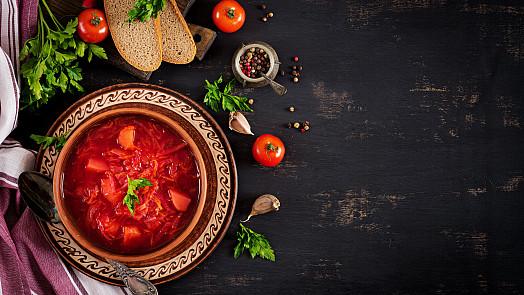 Polévky plné zeleniny: Uvařte si s námi francouzskou cibulačku nebo ruský boršč