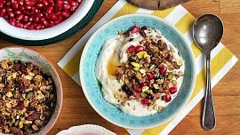 Ta nejkřupavější snídaně: Upečte si domácí granolu soříšky, ovocem a kořením