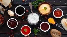 Pět nejlepších dipů ke grilování: Zkuste krémový koprový, pikantní meruňkový nebo petrželkový