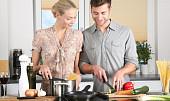 Potvrzeno: Tátové dětem vaří méně zdravá jídla. Tady je důvod