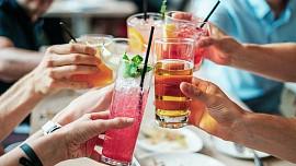 Studené nápoje bez alkoholu i s ním v létě osvěží