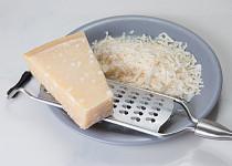 Sýr parmazán strouhaný