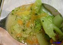 Brokolicová polévka s hráškem a mrkví trochu jinak