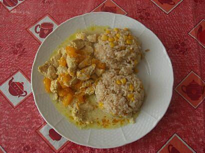 kousky s mandarinkami a rýží s kukuřicí