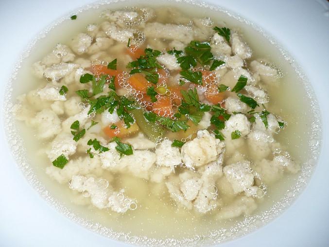 Polévka s drožďovými noky, Drůbeží vývar se směsí zeleniny, nočky vařené zvlášť ve vodě.