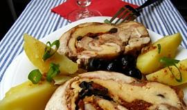 Kuřecí roláda s mozzarellou, olivami a vínem