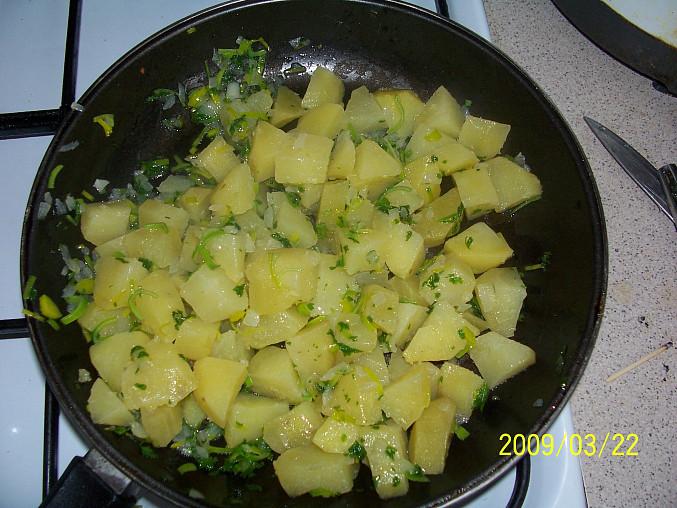 ...po přidání petrželkové natě směs zamícháme s nakrájenými brambory...