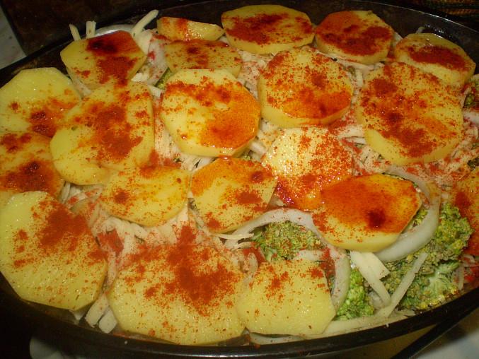 Brokolice a brambory v pekáči, šup do trouby...