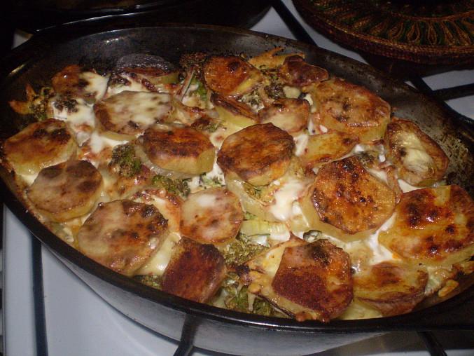 Brokolice a brambory v pekáči, hotovo...