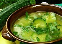 Cuketová polévka s mladým česnekem a rýží