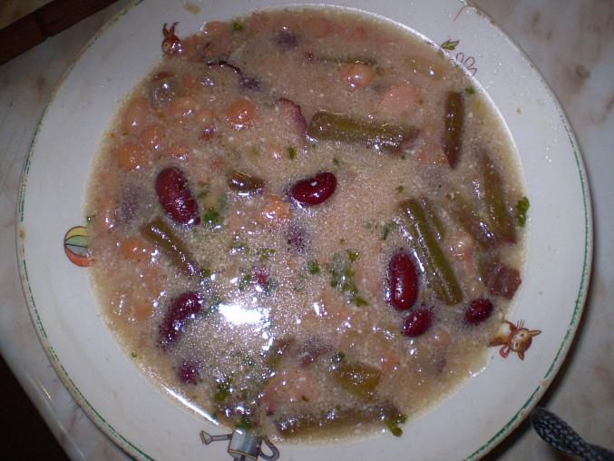 Fazolovo-fazolková polévka s cizrnou a uzenou šunkou