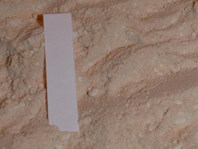opražená mouka, bílý papírek je pro porovnání barvy