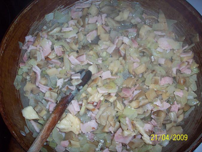 Hrbaté maso, cibule s houbama