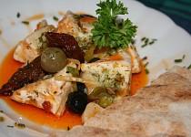 Naložený hermelín s olivami a sušenými rajčaty