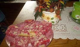 Rybízový hrnečkový koláč s drobenkou
