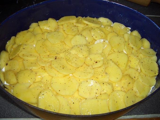 ... poslední vrstva - brambory, sůl, pepř a pár kapek olivového oleje