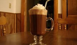 Horká čokoláda se šlehačkou